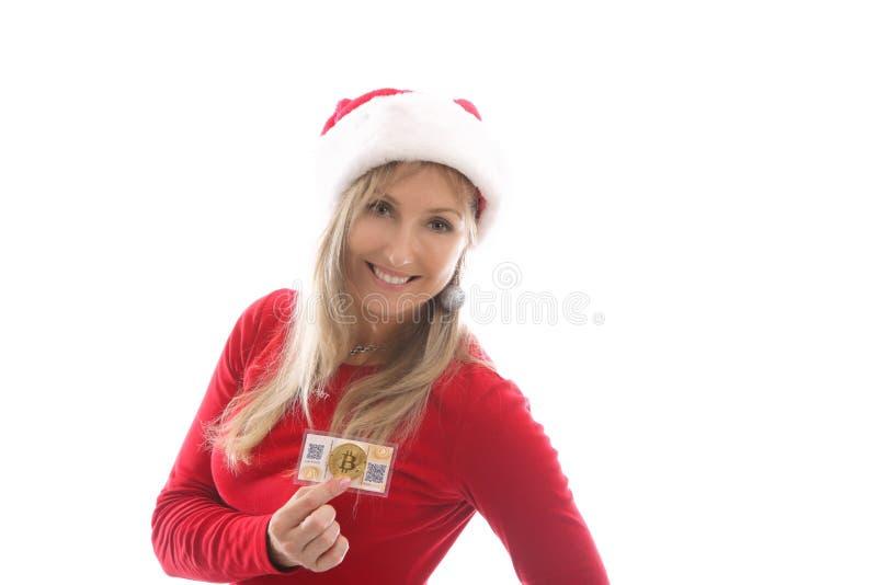 Femme tenant un portefeuille de papier et un cryptocurrency numérique image stock