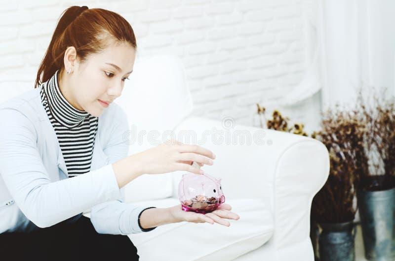 Femme tenant un pot de pièce de monnaie photos stock
