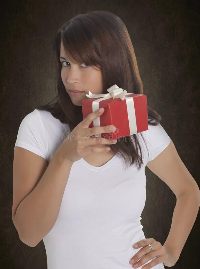 Femme tenant un présent images libres de droits