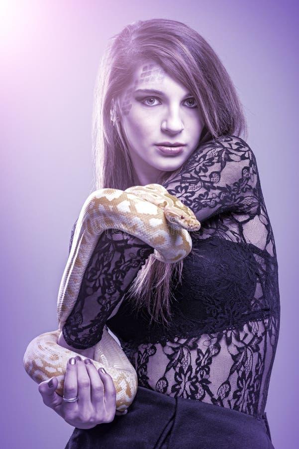 Femme tenant un serpent photo libre de droits