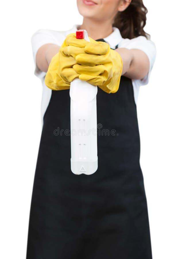 Femme tenant une bouteille de jet de nettoyage image libre de droits