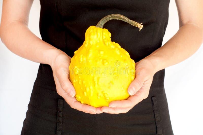 Femme tenant une courge jaune photos stock