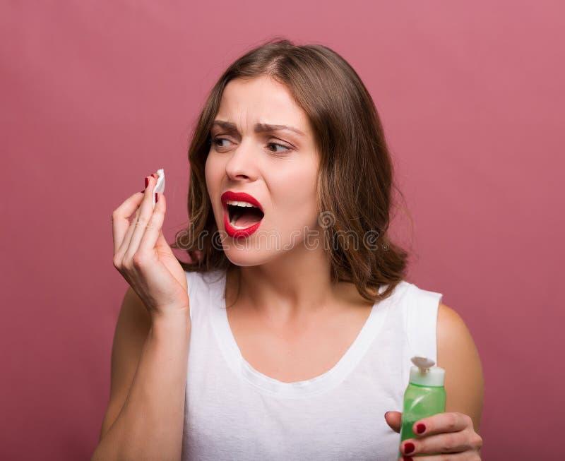 Femme tenant une lotion et une protection de coton photo stock