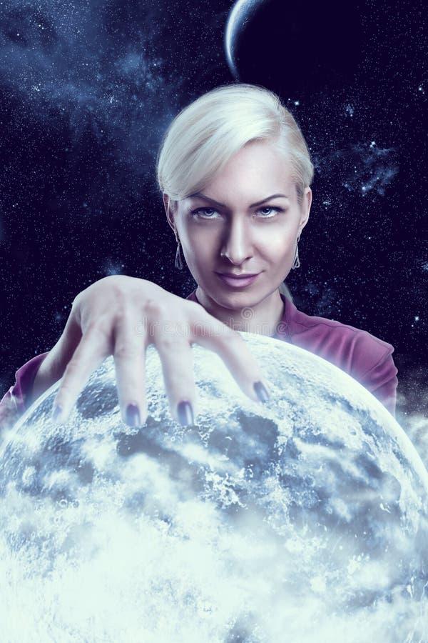 Femme tenant une planète image stock