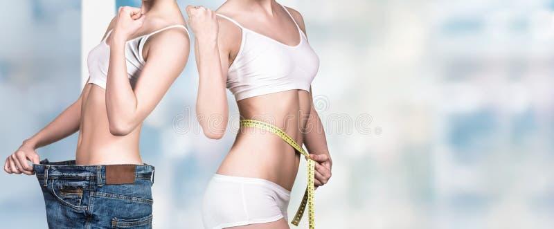 Femme tenant une pomme et utilisant les jeans surdimensionnés photos stock