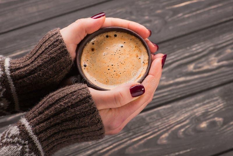 Femme tenant une tasse de café chaude image stock