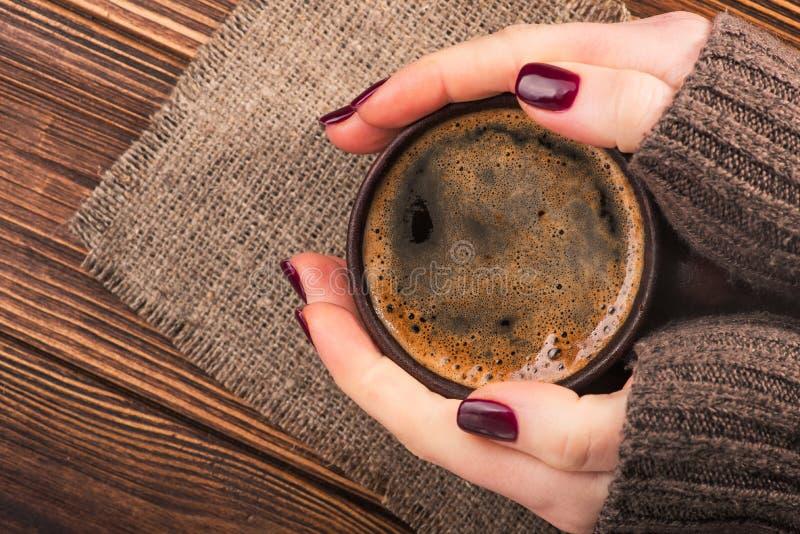 Femme tenant une tasse de café chaude photographie stock