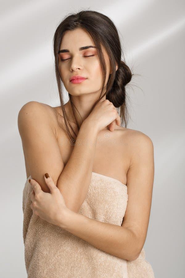 Femme tendre appréciant la peau molle après traitement de station thermale après des prcedures images libres de droits