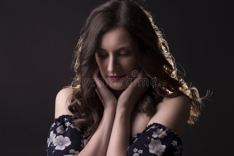 Femme tendre de brune dans les ombres image libre de droits