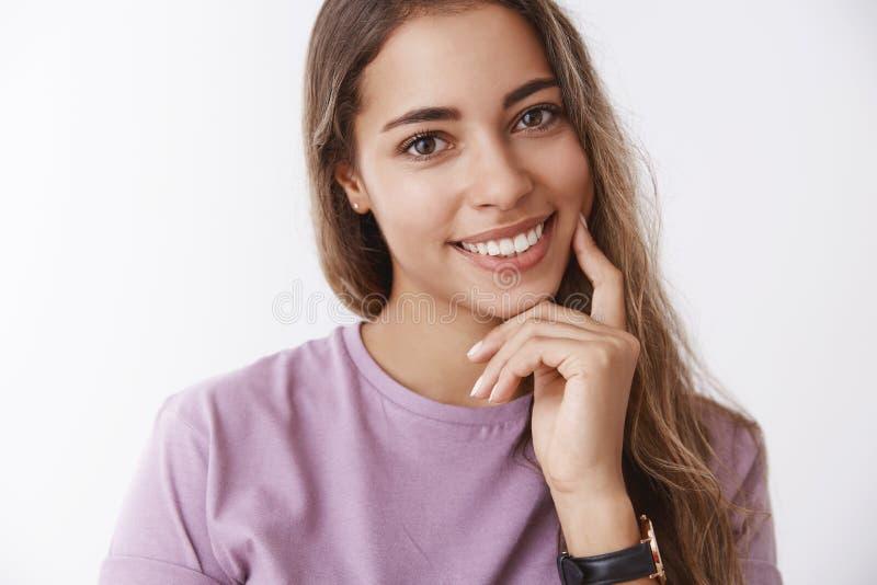 Femme tendre mignonne hispanique en gros plan 25s inclinant rire nerveusement de sourire flirty de tête joyeux, se sentant joue h photo libre de droits