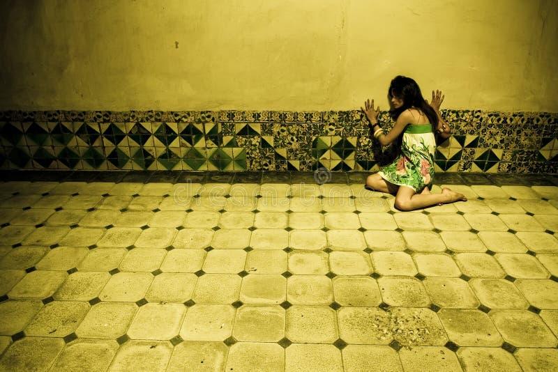 Femme terrifié sur le mur photographie stock libre de droits