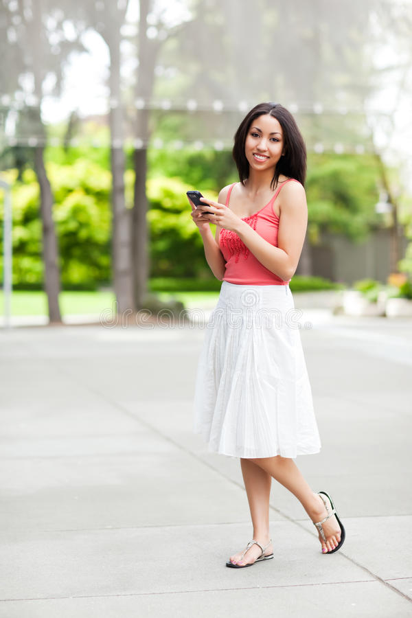 Femme texting photographie stock
