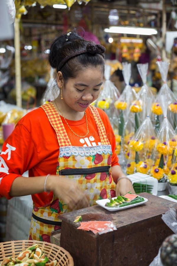 Femme thaïlandaise travaillant à un marché photo libre de droits