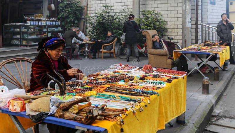 Femme tibétaine vendant des perles à Chengdu, porcelaine photo libre de droits