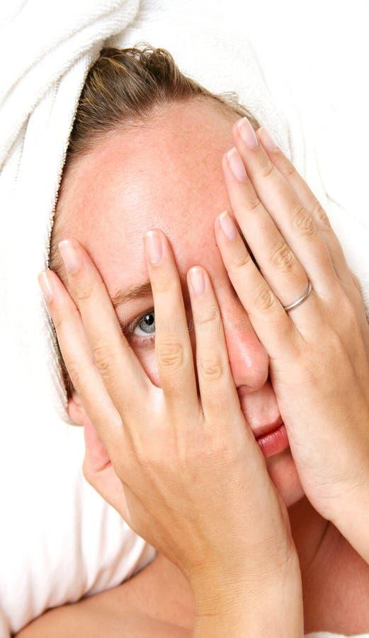 Femme timide en essuie-main images libres de droits