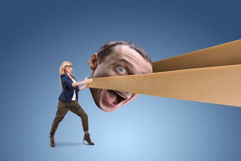 Femme tirant la tête de l'homme images stock