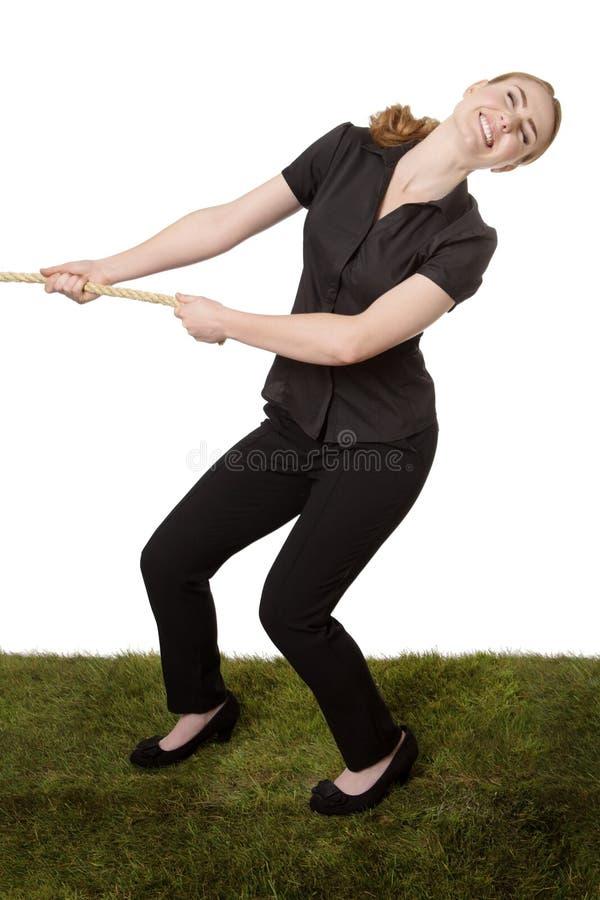 Femme tirant un conflit de corde photo stock