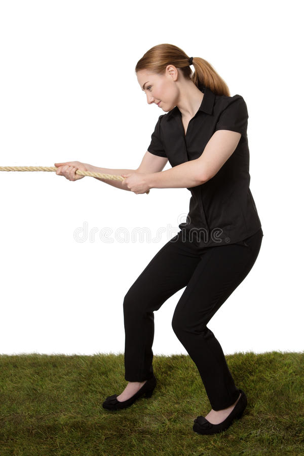 Femme tirant un conflit de corde image stock