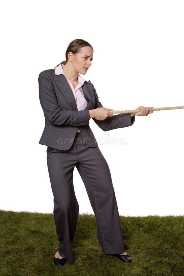 Femme tirant un conflit de corde photos stock