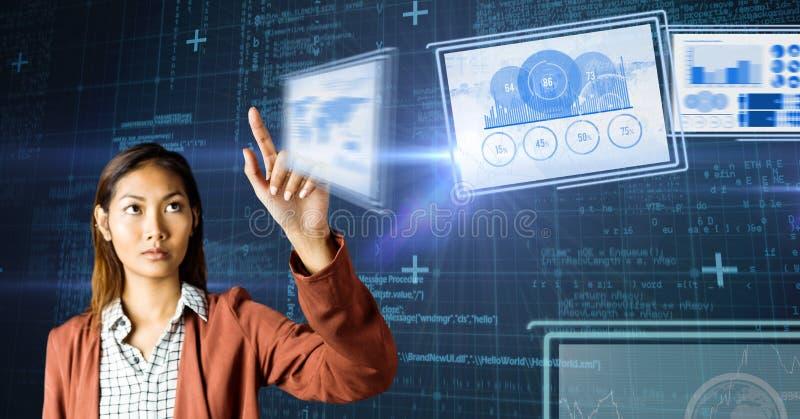 femme touchant et agissant l'un sur l'autre avec des panneaux d'interface de technologie photo libre de droits