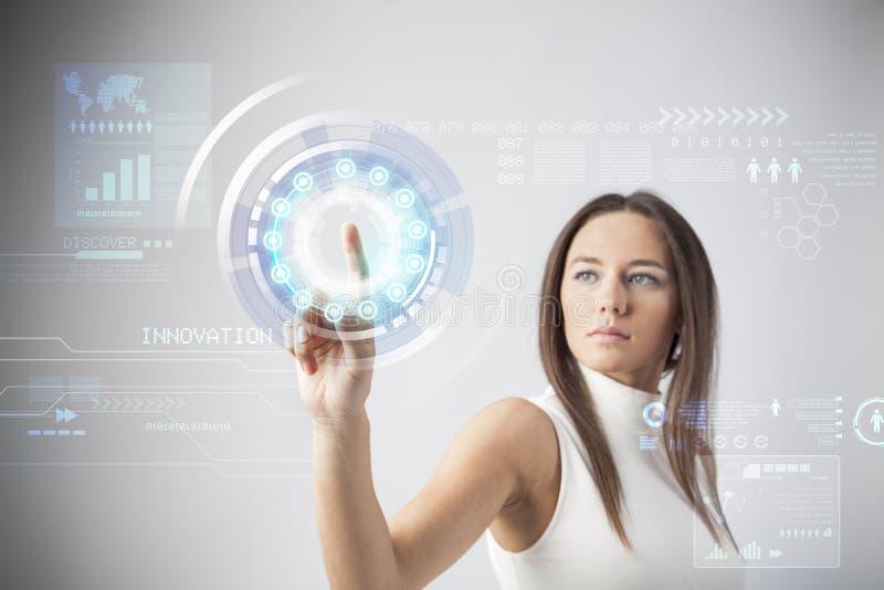 Femme touchant la future interface virtuelle image libre de droits