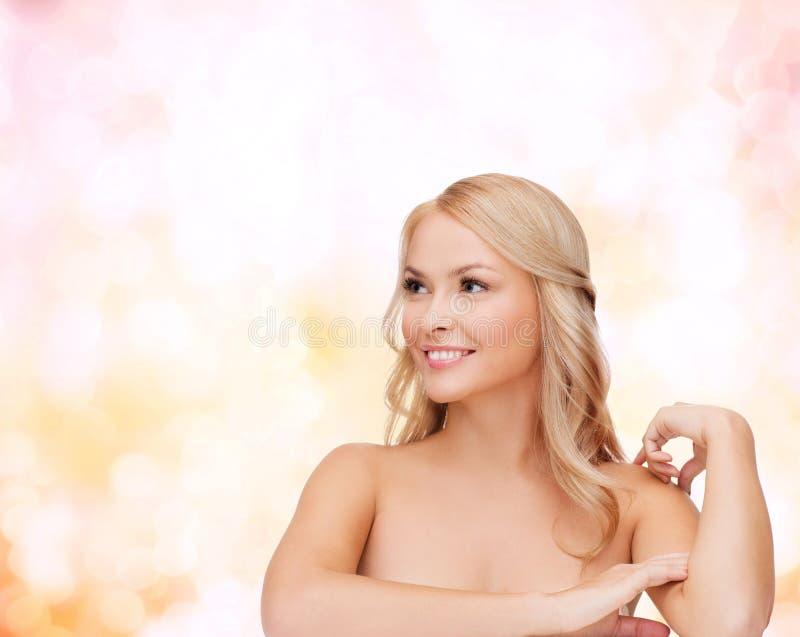 Femme touchant sa peau d'épaule photos libres de droits