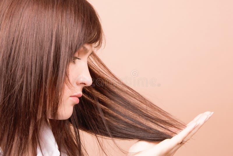 Femme touchant son cheveu image stock