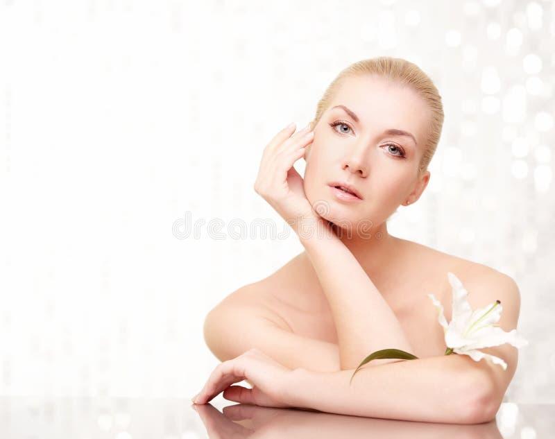 Femme touchant son visage photos stock