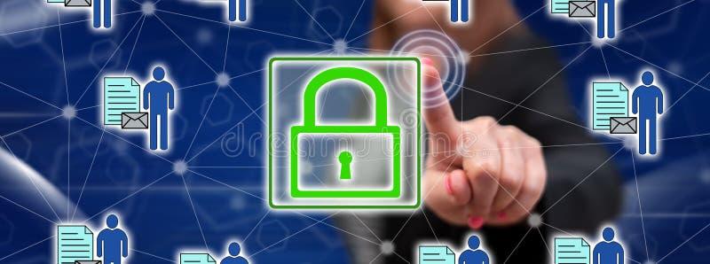 Femme touchant un concept personnel de protection des données image libre de droits