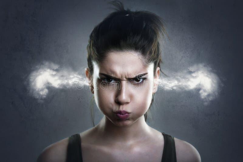 Femme très fâchée avec de la fumée sortant de ses oreilles photo stock