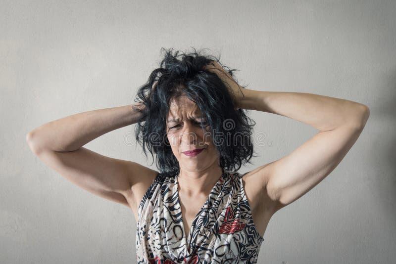 Femme très fatiguée avec le mal de tête photos libres de droits