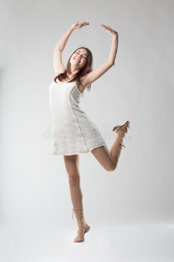 Femme très heureuse dansant heureusement photos stock