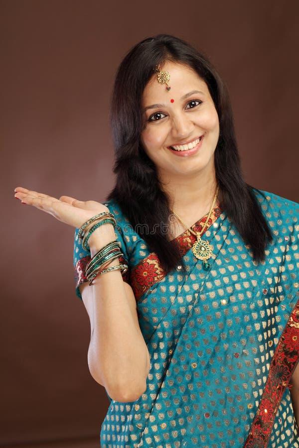 Femme traditionnelle indienne étonnée photographie stock