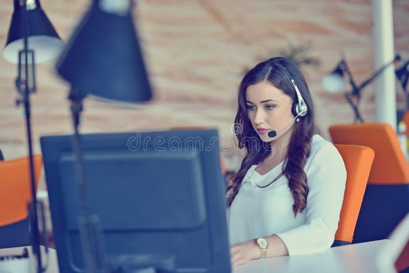 Femme travaillant à l'ordinateur dans un bureau photos libres de droits