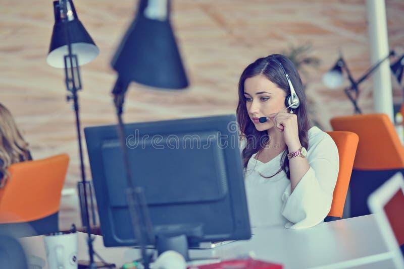 Femme travaillant à l'ordinateur dans un bureau images libres de droits