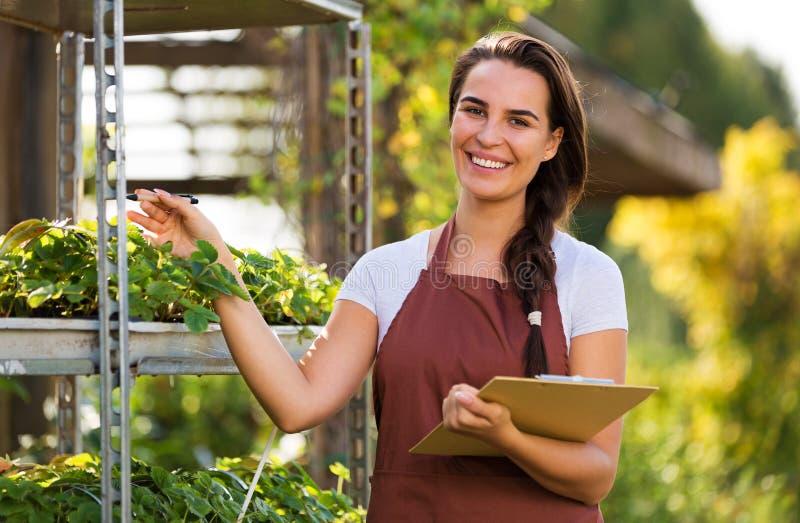 Femme travaillant à la jardinerie image libre de droits