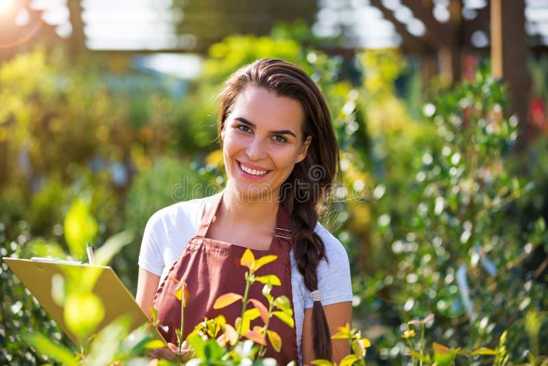 Femme travaillant à la jardinerie photographie stock