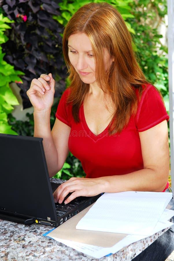 Femme travaillant à la maison photo stock