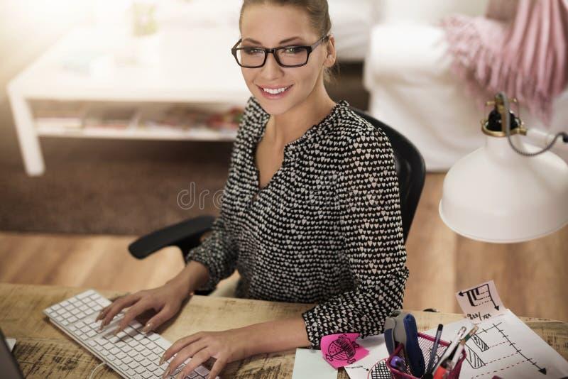 Femme travaillant à la maison photographie stock