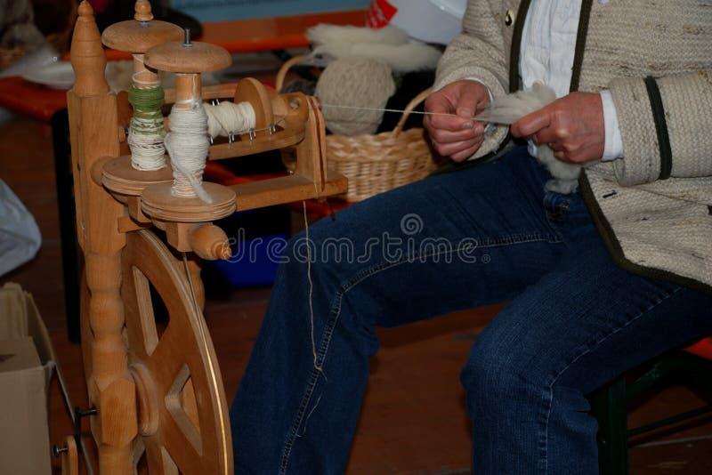 Femme travaillant à une roue de rotation photo libre de droits