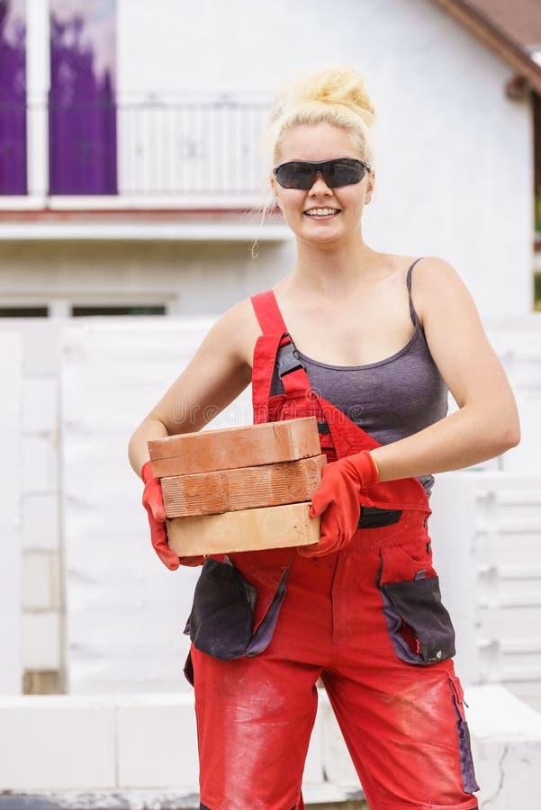 Femme travaillant avec des briques photo libre de droits