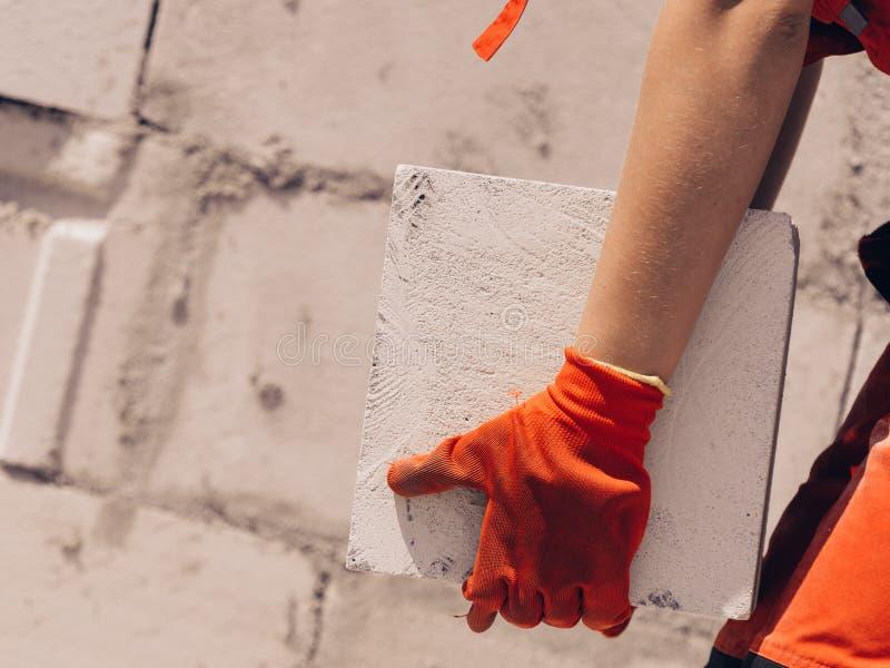 Femme travaillant avec des briques photographie stock