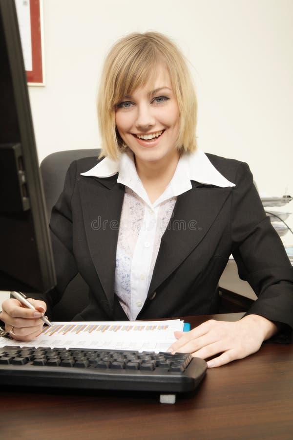 Femme travaillant avec l'ordinateur photos stock