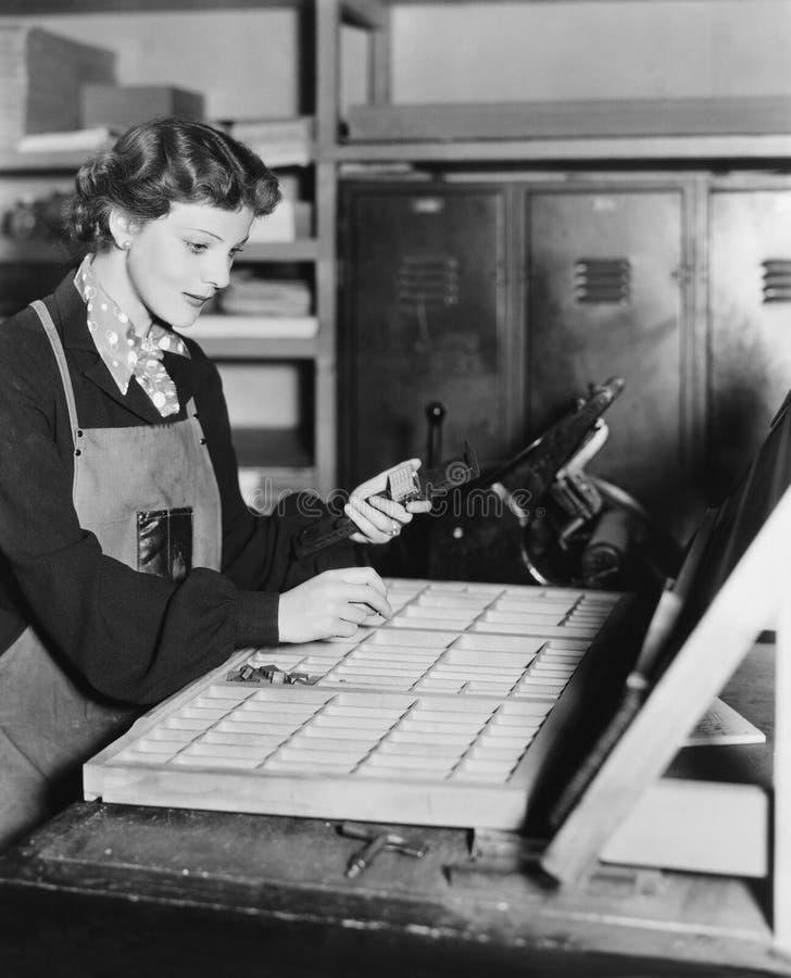 Femme travaillant dans la boutique d'impression (toutes les personnes représentées ne sont pas plus long vivantes et aucun domain photographie stock libre de droits