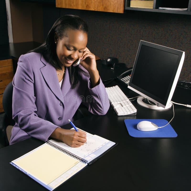 Femme travaillant dans le bureau photos libres de droits
