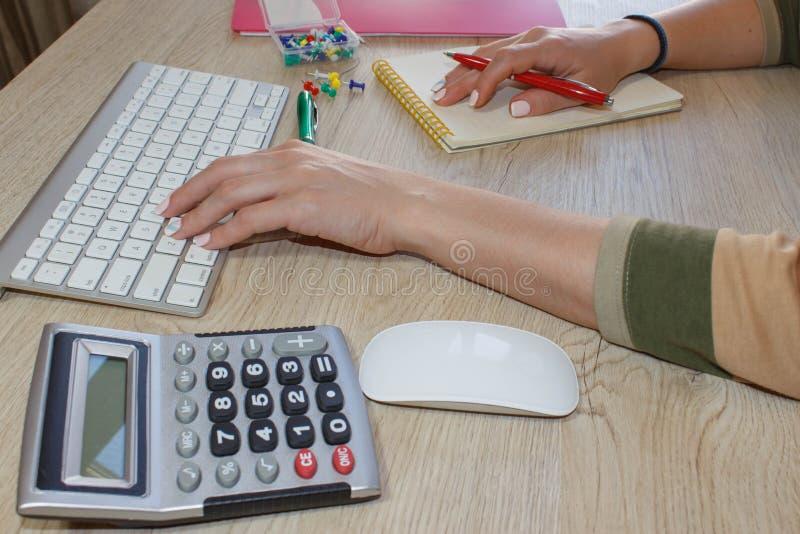 Femme travaillant dans le bureau, se reposant au bureau, utilisant l'ordinateur Femme de cadre commercial sur le lieu de travail  images libres de droits