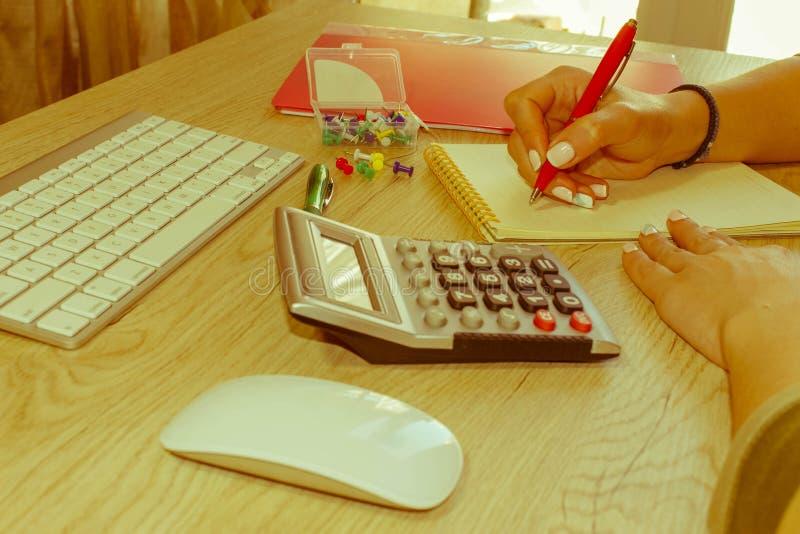 Femme travaillant dans le bureau, se reposant au bureau, utilisant l'ordinateur Femme de cadre commercial sur le lieu de travail  photographie stock