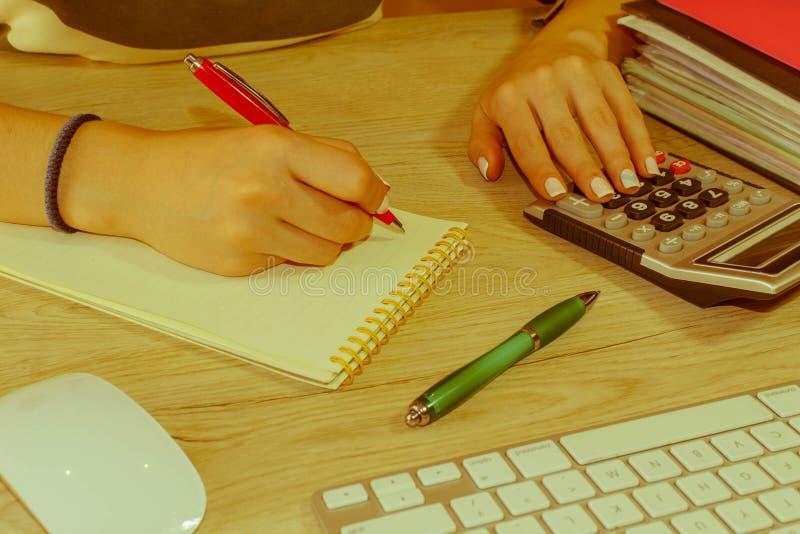 Femme travaillant dans le bureau, se reposant au bureau, utilisant l'ordinateur Femme de cadre commercial sur le lieu de travail  image libre de droits