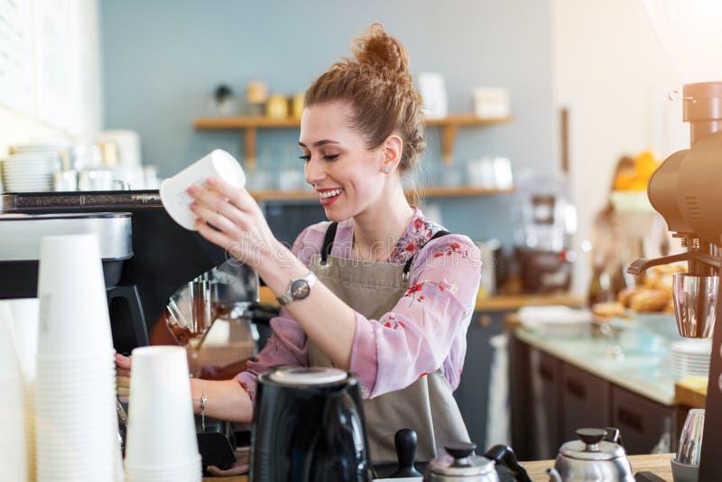 Femme travaillant dans le café-restaurant photographie stock libre de droits