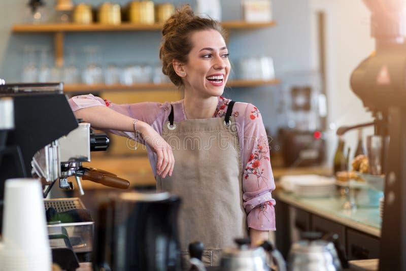 Femme travaillant dans le café-restaurant photos libres de droits